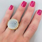 joias-anel-semi-joia-banhado-ouro-18k-pedra-drusa-branca-com-detalhes-em-preto-2