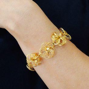 joias-pulseira-semi-joia-flor-aramada-banhada-ouro-18k-com-detalhe-em-perola