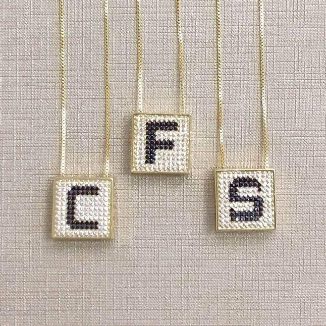 colar-de-letras-quadrado-cravejado-com-zirconias-pretas-e-cristal-banhado-em-ouro-18k
