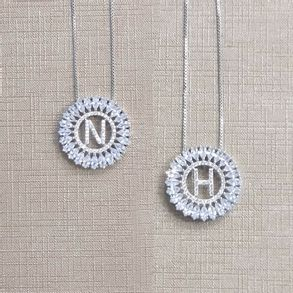 colar-de-letras-grande-redondo-cravejado-com-zirconias-cristal-banhado-em-rodio