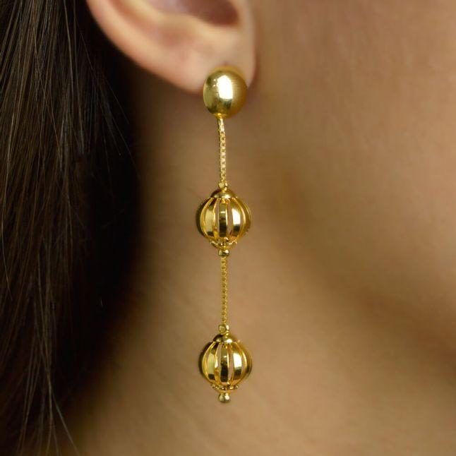 brinco-pendulo-com-bolas-vazadas-banhado-em-ouro-18k