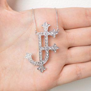 colar monograma personalizado com iniciais do nome cravejado com zircônias cristais banhado em ródio