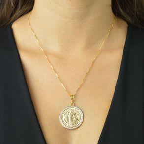 colar-medalha-do-sao-bento-cravejado-com-zirconias-cristais-banhado-em-ouro-18k-2