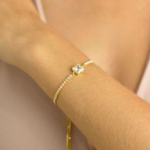 pulseira-regulavel-com-zirconia-quadrada-no-centro-e-cristais-ao-redor-banhado-em-ouro-18k-3