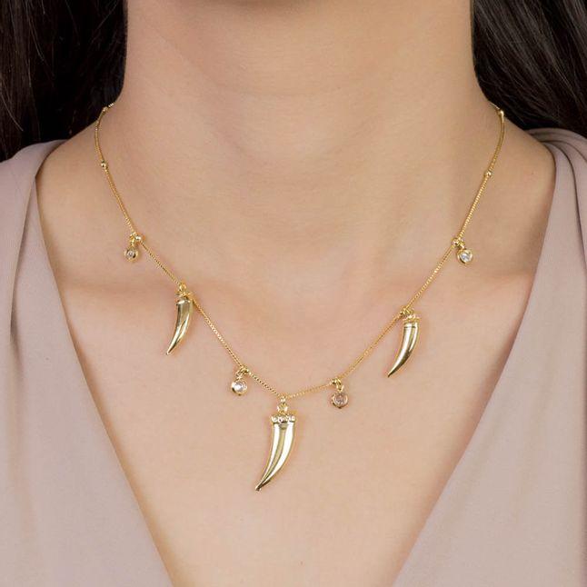 colar-dente-de-sabre-com-bolinhas-e-pingentes-em-cristais-banhado-em-ouro-18k