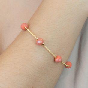 pulseira-com-micangas-coral-banhado-em-ouro-18k